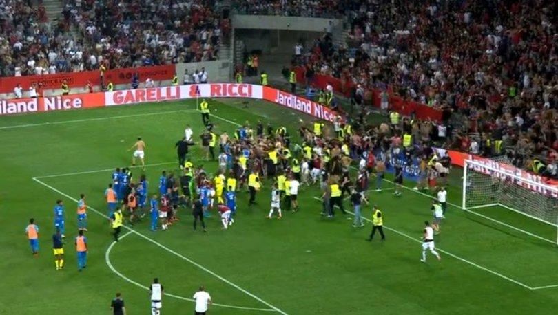 Nice Marsilya maçı askıya alındı! Payet su şişesini taraftara geri attı ve taraftar sahaya indi...