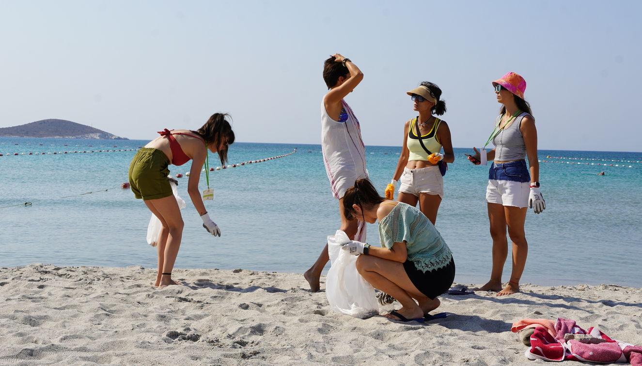 Festival boyunca katılımcılar ve organizasyonda görev yapanlar Çeşme kıyılarında temizlik yaptı.