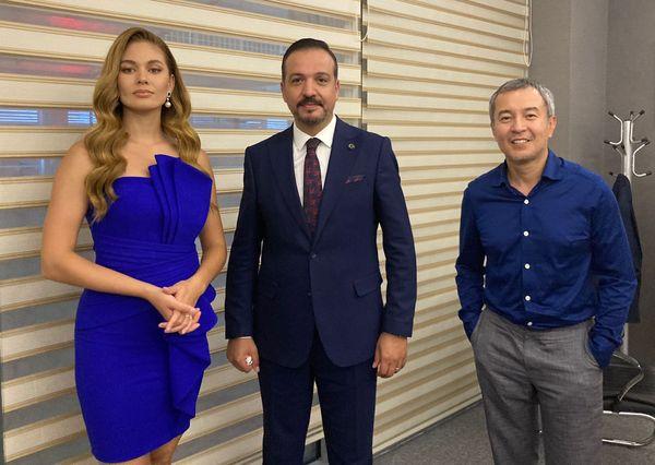 Kürşad Zorlu, Tomris'i canlandıran Almira Tursin ve Kazak yönetmen Akan Sataev ile.