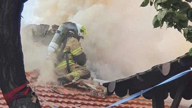 İzmir'de yangın nedeniyle çatı çöktü, itfaiye eri ölümden döndü