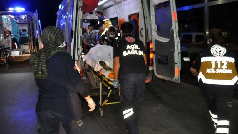 Otomobil, park halindeki traktörün römorkuna çarptı: 5 yaralı