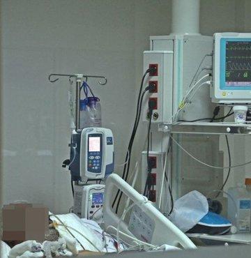 """Sağlık Bakanlığı´nın koronavirüs vaka haritasında nüfusa oranla en fazla vaka görülen il olan Rize´de hastanelerde normal servisler, Covid-19 yoğun bakım ünitesine dönüştürülmeye başlandı. Recep Tayyip Erdoğan Üniversitesi (RTEÜ) Eğitim ve Araştırma Hastanesi Başhekimi Doç. Dr. Gökhan Demiral, """"Rize"""