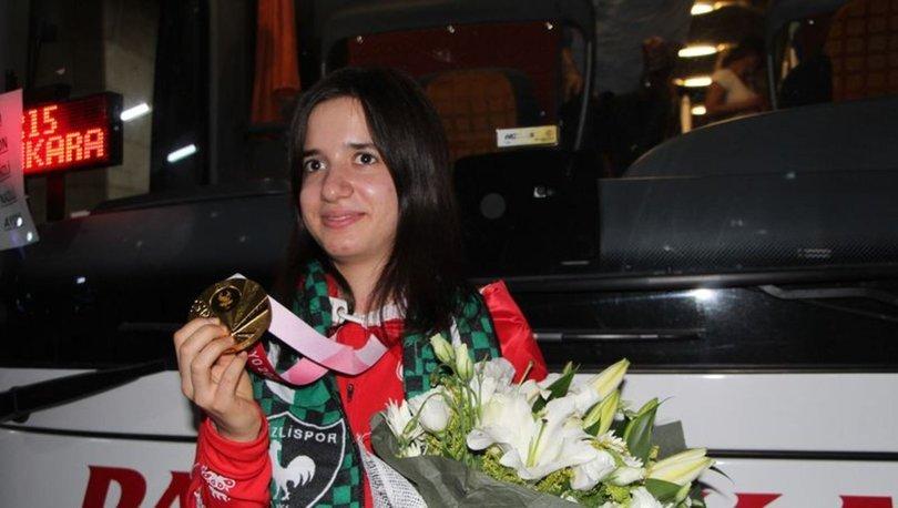 Olimpiyat şampiyonu Golbol Kadın Milli Takım sporcularından Şeyda Nur çiçeklerle karşılandı
