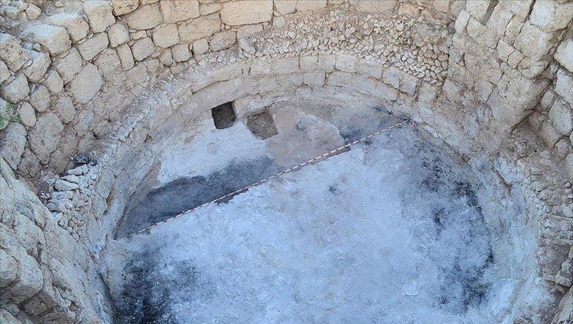 Mersin'deki Aratos'un anıt mezarının zeminine ulaşıldı