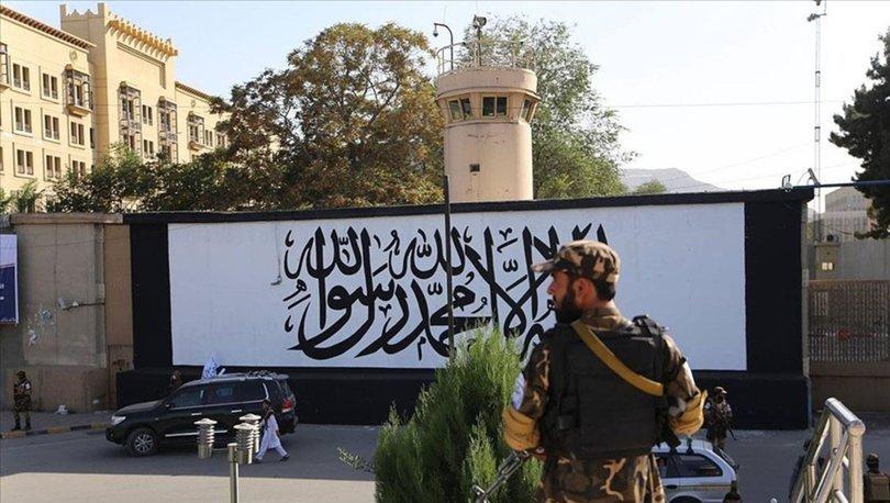SON DAKİKA: Kabil'de terk edilen ABD büyükelçiliğinin duvarına Taliban bayrağı çizildi