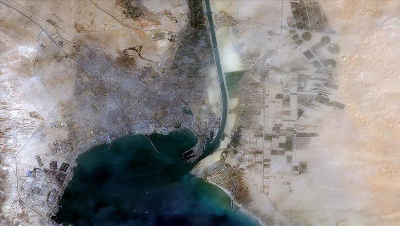 Süveyş Kanalı'nda karaya oturan bir gemi, deniz trafiği aksamadan yeniden yüzdürüldü
