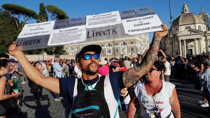 Covid: İtalya'da şiddet eylemi planladıkları şüphesiyle birçok kentte aşı ve sertifika karşıtlarına operasyon düzenlendi