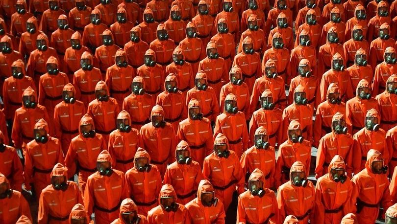 Kuzey Kore'de koruyucu giysiler ve gaz maskeleriyle askeri geçit töreni