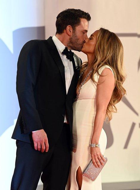 Jennifer Lopez ve Ben Affleck'in kırmızı halıdaki aşk gösterisi - Magazin haberleri
