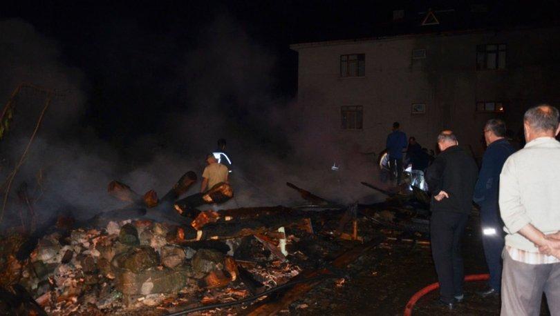 Yangında 2 ahır, 1 ambar ve 2 garaj yeri kül oldu