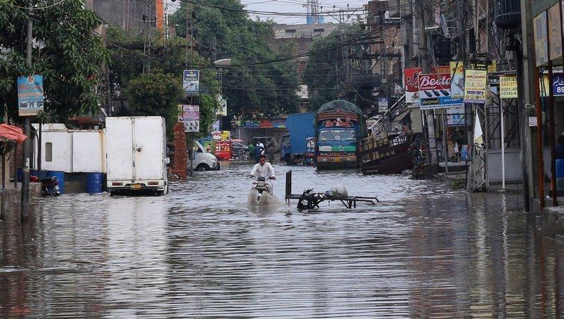 Pakistan'da aşırı yağışların yol açtığı afet ve kazalar sonucu ölenlerin sayısı 7'ye yükseldi