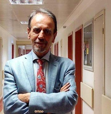 """Enfeksiyon Hastalıkları Derneği Başkanı Prof. Dr. Mehmet Ceyhan, aşı karşıtlarına tepki göstererek, """"Karşıtların içinde bir tane bilim insanı yok, aşıyla ilgisi olmayan doktorların çoğu ürün pazarlıyor, istekleri önemsenmek ve şöhret olmak"""" dedi"""