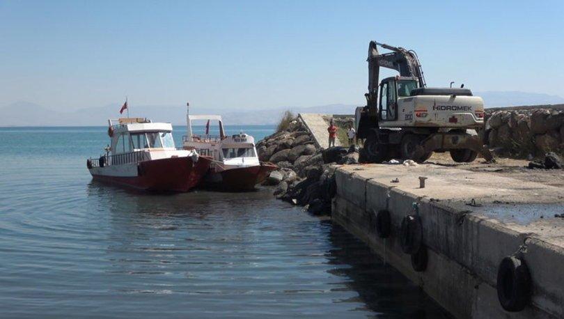 Kuraklık nedeniyle suyun çekildiği Van Gölü'nde balıkçı tekneleri iş makinesi yardımıyla açıldı