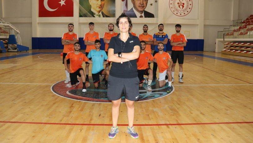 Kadın antrenörün çalıştırdığı erkek hentbol takımının hedefi Süper Lig