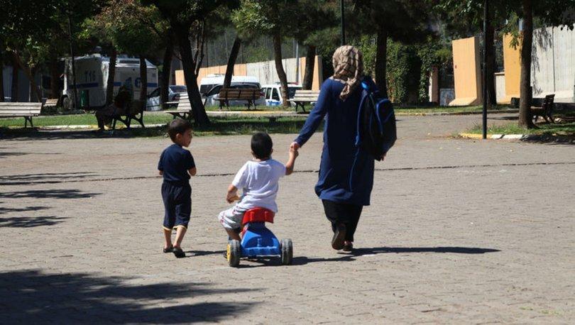 Son dakika: Yürüme engelli Akın'ın zorlu eğitim yolculuğu! Plastik bisikletle 1 kilometre