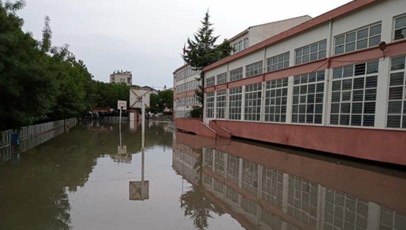 Bafra'da sağanak; su basan iki okulda eğitime ara verildi