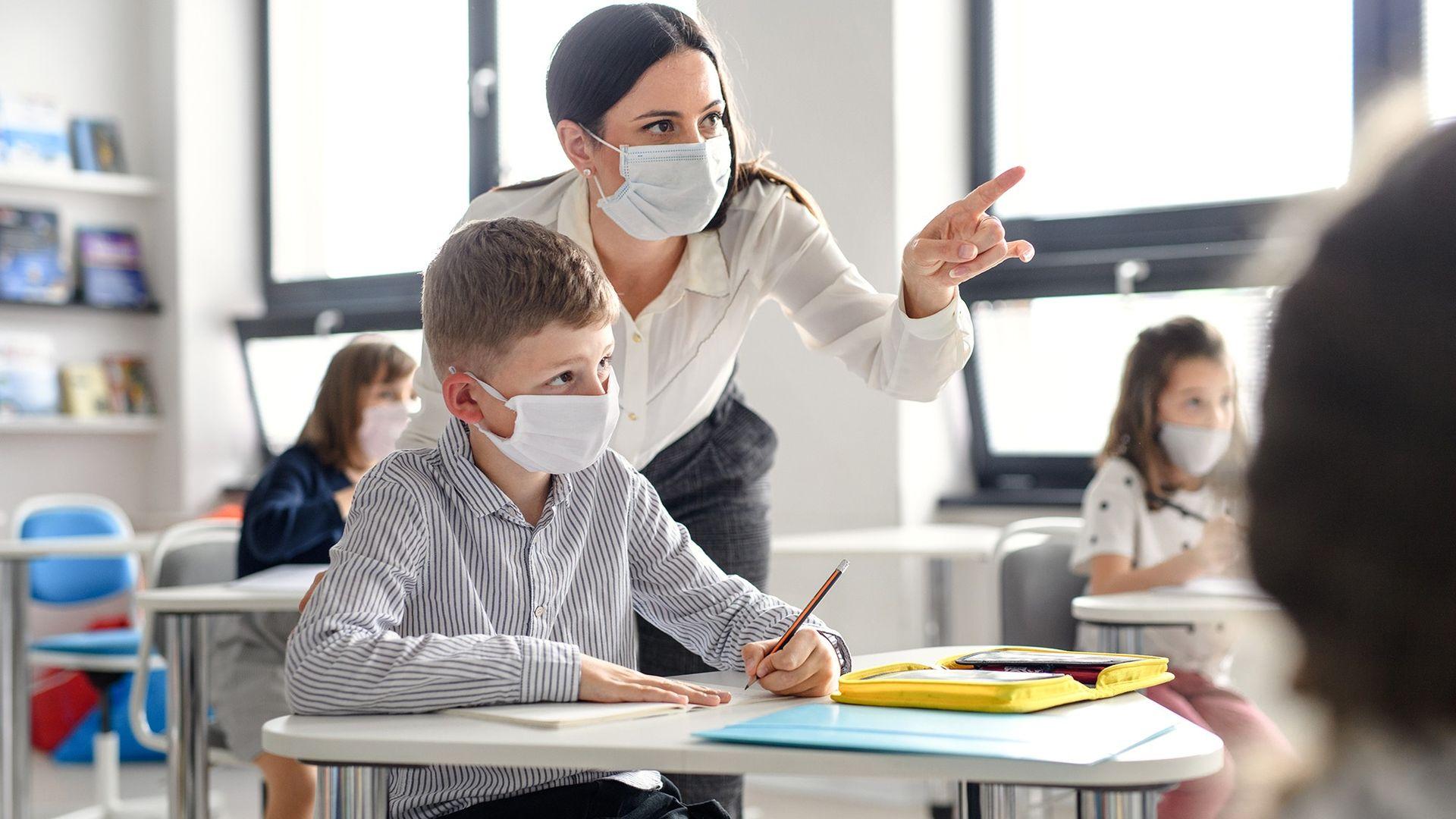Okulda çocuklar maske takmalı mı?