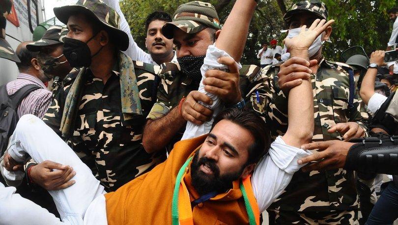 Yeni Delhi sokaklarındaki göstericiler ülkedeki işsizliği protesto etti
