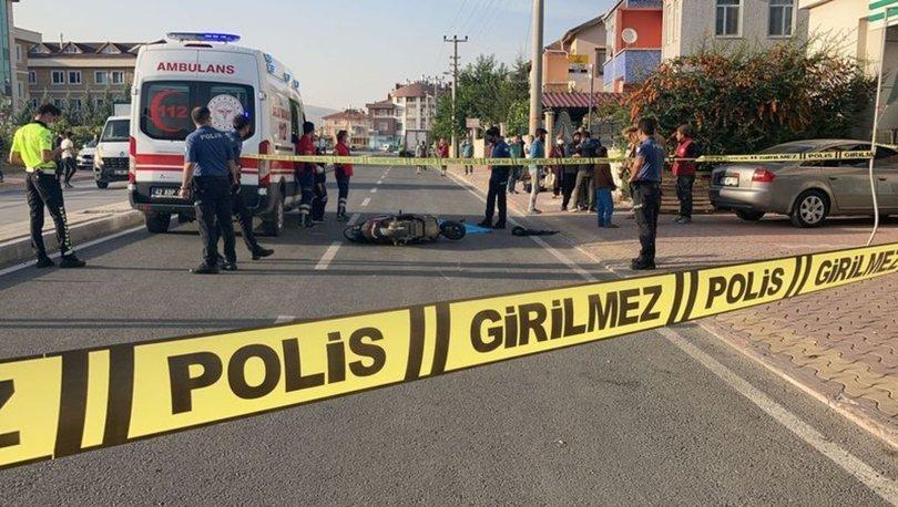 Konya'da park halinde kapısı açılan kamyonete çarpan motosikletteki iki kardeş yola savruldu.