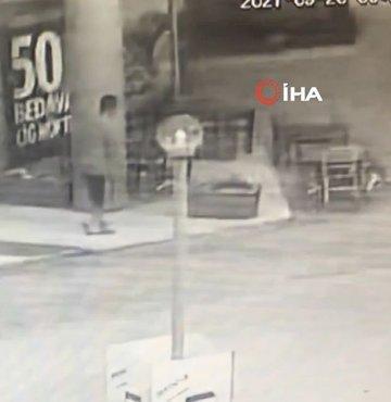 Adana'da bir atık kağıt toplayıcısının 4 defa yere düştükten sonra ölme anı güvenlik kamerası tarafından anbean görüntülendi.