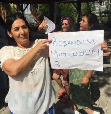"""Adana'da şiddet gördüğü eşinden 8 yıl sonra boşanan bir kadın, arkadaşlarıyla bir araya gelip elinde """"boşandım mutluyum"""" yazısıyla Erik Dalı oynadı. Meryem Yılmaz,  """"8 yıl sonra boşandığım için mutluyum bu nedenle kutlama yaptım"""" dedi"""