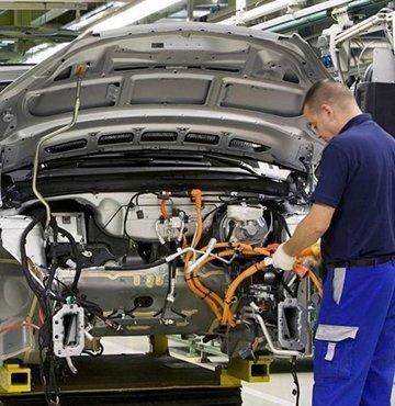 Otomotiv endüstrisini yıl başından bu yana kasıp kavuran çip krizinin, sektörde yıl sonuna kadar yaratacağı kaybın büyümesi bekleniyor. Alixpartners tarafından yapılan bir çalışmada, söz konusu krizin otomotiv üreticilerine yıl sonuna kadar 210 milyar dolarlık fatura çıkaracağı ortaya kondu. Şirket, Mayıs ayında yayınladığı analizinde ise, otomotiv endüstrisindeki gelir kaybının 2021 sonunda 110 milyar doları bulabileceğini duyurmuştu. Krize yönelik bir rapor hazırlayan Susquehanna Financial Group ise, çip siparişi veren otomotiv şirketlerinde tedarik sürelerinin 6 gün daha uzayarak Ağustos ayında 21 haftaya çıktığını, bu durumun ise otomobil üretimini felce uğrattığını vurguladı