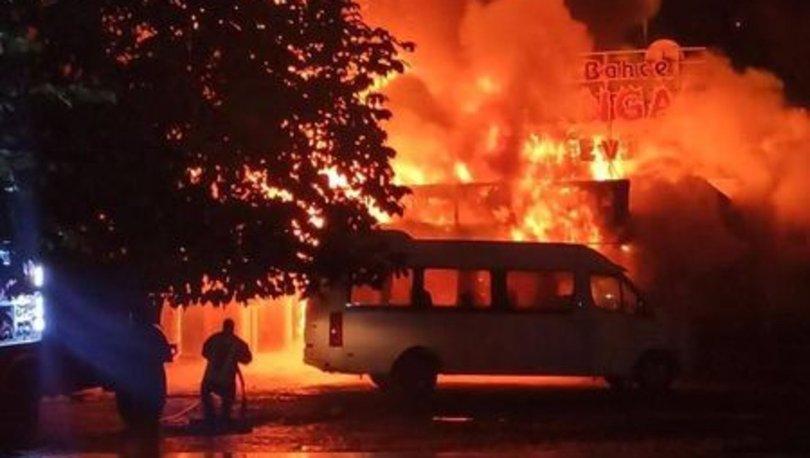 Kayseri'de yangın: 3 dükkan ve bir minibüs küle döndü