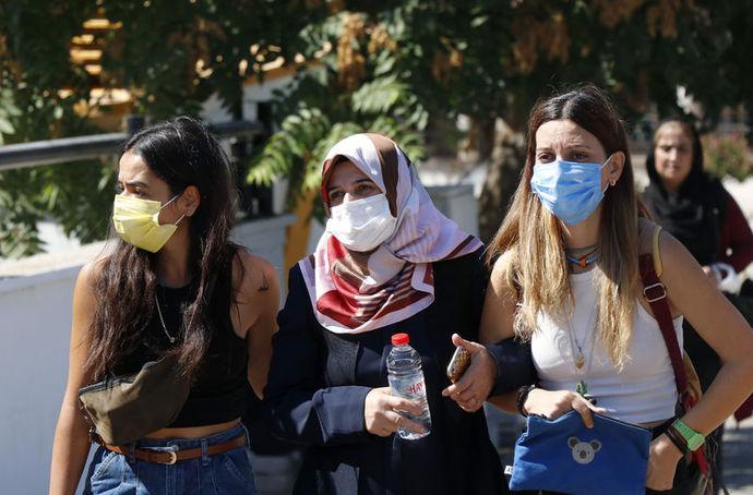 Kadın Cinayetlerini Durduracağız Platformu ve bazı kadın dernekleri de adliye önünde Pınar Gültekin'in fotoğrafları ile kadın cinayetlerini protesto etti. Protestoya, Gültekin'in annesi Şefika Gültekin de (ortada) katıldı.