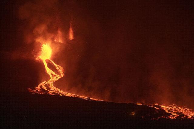 SON DAKİKA: Yaşlı Doruk lav püskürtmeye devam ediyor! Yerleşim birimlerini lav ve kül kapladı