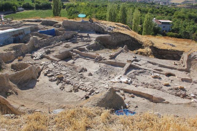Arslantepe Höyüğü'nde toprak küplerde iki çocuk iskeleti bulundu
