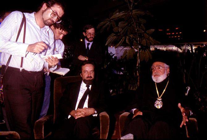 Başpiskopos Yakovos (sağda), Başbakan Turgut Özal'ın izni ile 26 Ağustos 1985'te İstanbul'a gelmiş ve ilk demecini havaalanında bana ve rahmetli Ufuk Güldemir'e vermişti (soldan birinci ve ikinci). Yakovas'ın yanında, Kadıköy Metropoliti Yovakim oturuyor.