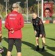 A Milli Futbol Takımının yeni teknik direktörü Stefan Kuntz mesaisine başlarken oyuncularla tanıştı. Futbolcuların birbirinden değerli olduğunu hatırlatan Kuntz, ilk olarak oyuncularla mental açıdan görüşürken Norveç maçına kadar taktiksel çalışmalara ağırlık vermeyi planlıyor