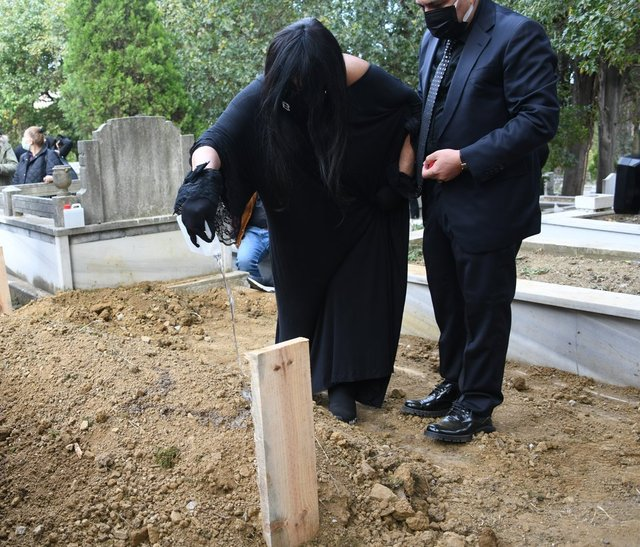 Bülent Ersoy'un acı günü! Babası Fikret Erkoç son yolculuğuna uğurlandı - Magazin haberleri