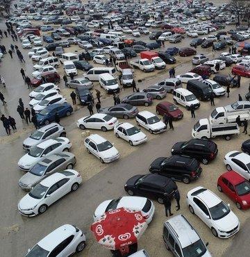 """Motorlu Araç Satıcıları Federasyonu Genel Başkanı Aydın Erkoç, yetkili olarak ikinci el araç satışı yapanların, yetki belgesi olmadan araç satışının kısıtlanmasını sağlayan yönetmeliğin uygulanmasını beklediğini belirterek, """"Bu sayede kayıt dışılığın önüne geçilecek ve sektörden gelen şikayetler sona erecektir."""" dedi."""