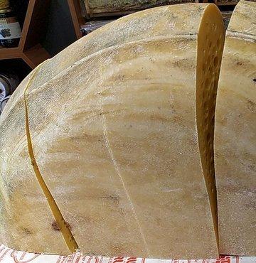 Yaylalarda doğal beslenen ineklerin sütünden üretilen Kars gravyer peyniri, tezgahlarda yerini aldı. Gravyer peyniri uzun bir süreçten geçtikten sonra sofralara ulaşıyor