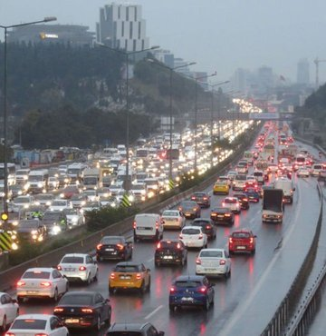 İstanbul'da yağmur, ilk iş gününde trafiği vurdu!