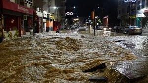 Sivas'ta patlayan içme suyu hattı, caddeyi alt üst etti!