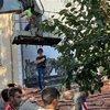 Komşuların 'mantolama' krizi: Çatıya çıkıp vinci engelledi