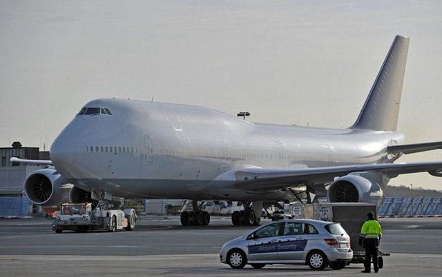 Adı açıklanmayan gizemli bir milyarder 600 kişilik yolcu uçağı 747-8 tipi uçağı tek kişilik özel uçağa çevirdi.