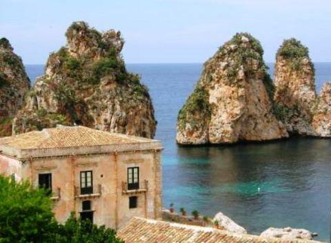 Сицилия - крупнейший остров в Средиземном море; русские гиды на Сицилии сразу же сообщают, что он так удобно расположен, что веками служил прибежищем для подпольных шаек
