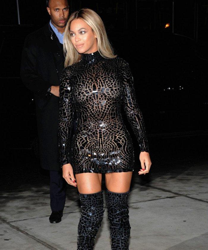 Geceye mozaik desenli siyah transparan elbisesiyle gelen şarkıcı hayranlık dolu bakışları üzerine topladı.\n\n