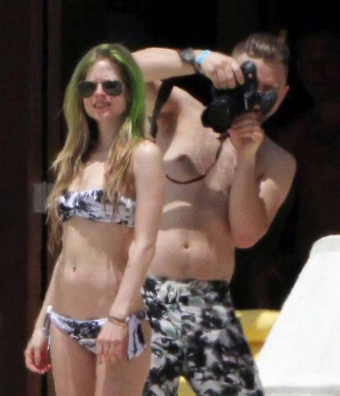 641781e35945fce05a0820e123b7602c k - Avril Lavigne bikinili yakalandı