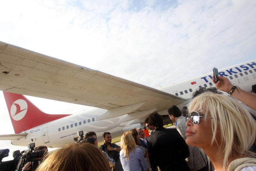 Sanatçı Ajda Pekkan, uçağın inişte tehlike atlatmasıyla ilgili olarak, ''Zor bir iniş oldu. Ama burada olmaktan keyif alıyorum. Ufak tefek heyecanlar da olacaktır tabii. Hala titriyorum. Böyle radikal bir iniş beklemiyorduk'' dedi.\n