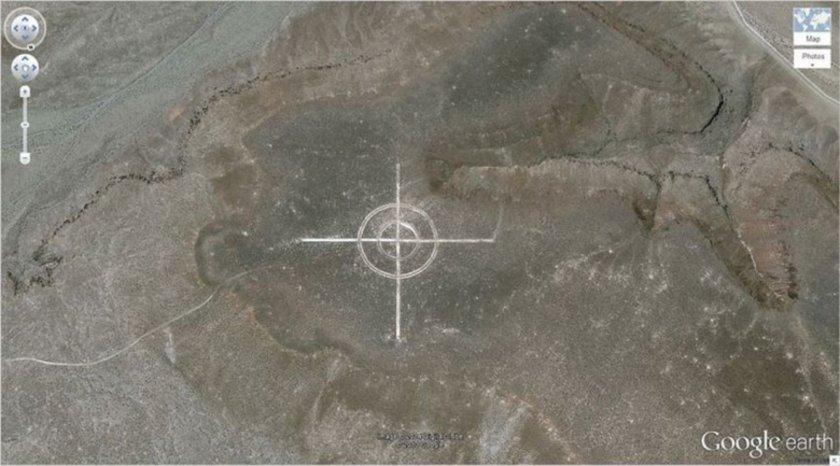 <p>Bu fotoğraf ABD'nin Nevada çölünde görüntülendi. Ne amaçla yapıldığı bilinmeyen devasa hedef çiziminin, kimin tarafından yapıldığı da bir sır. Bir kısım insan bu şeklin uzaylılar tarafından yapıldığını düşünse de, çoğu insan bu şekille ilgili olumlu şeyler düşünmüyor.</p>