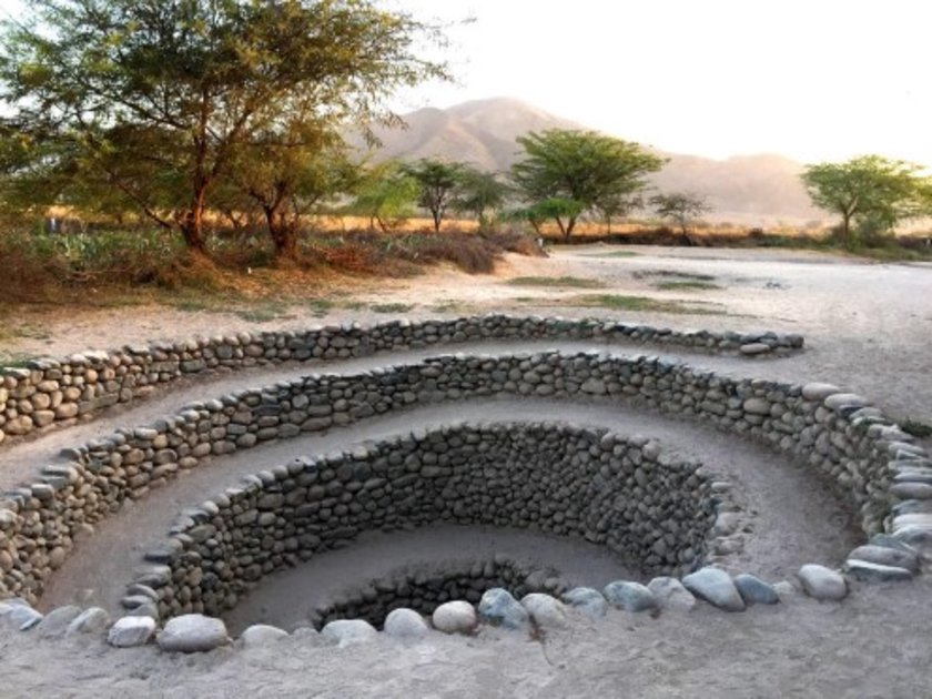 <p>Spiral huni şeklindeki bu delikler Peru'nun Nazca bölgesinde bulunuyor. Burası Nazca çizgileri olarak bilinen ve toprağa işlenmiş dev geometrik şekilleriyle de ünlü olan bir bölge. Nazca'da yaşayan antik toplumların yıllarca süren kuraklığa rağmen nasıl ayakta kaldığı merak ediliyordu.</p>