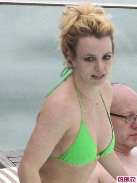 Dünyaca ünlü pop şarkıcısı Britney Spears, yeşil mini bikinisiyle görüntülendi.