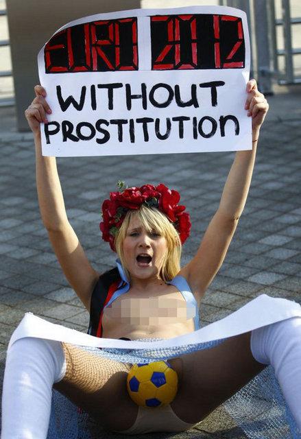 6a300e59e6adf5f920280a25cbdc2aab k - FEMEN bu kez UEFA'ya karşı soyundu