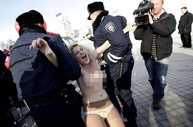 bcd0e1782209b81f4692c6535709bf22 k - FEMEN bu kez UEFA'ya karşı soyundu