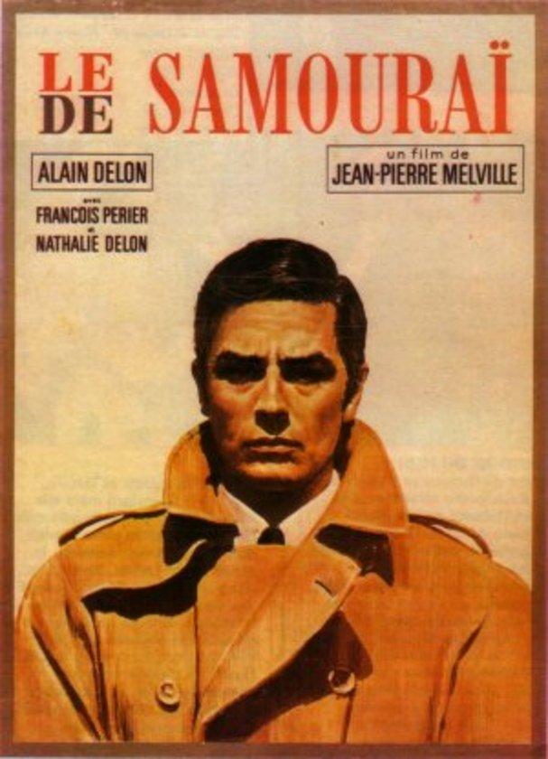 """2-Kiralık Katil (Le Samouraï) (1967)\n\nAlain Delon'un canlandırdığı Jef Costello karakteri gerçek bir külttür. Jean-Pierre Melville'in 'suç filmleri'ndeki işlevlerini 'kiralık katil filmi'ne sıçrattığı bu yapıtı da yedinci sanatın mihenk taşı eserlerinden biri... """"Kiralık Katil"""", tepeden tırnağa bir tetikçi portresi çizerken, sanat yönetiminden kostümlere, hareket algısından planlara kadar yarattığı detaycılıkla ve felsefik derinlikle klasikleşmiştir. \n"""