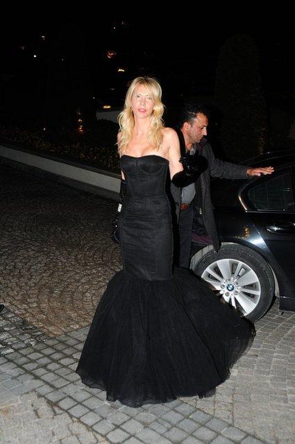 Sosyetenin gözde hanımlarından Elif Dürüst 3 yıl önce giydiği Dolce Gabbana marka kıyafetini geçtiğimiz gün Sabancılar'ın düğün davetinde de giydi.